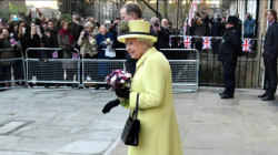 See how Queen Elizabeth uses her handbag to signal her handlers