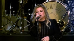 See Kelly Clarkson sing her hit 'Walk Away' live on the TODAY plaza