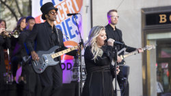 Kelly Clarkson performs her new single 'Move You' live on TODAY