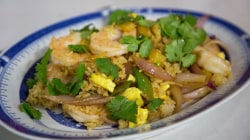 Make delicious miso shrimp stir-fry with eggs and crispy rice