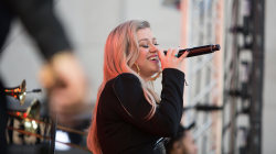 Kelly Clarkson sings 'Stronger (What Doesn't Kill You)' live on TODAY