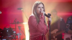 Singer-songwriter Lucie Silvas performs 'Kite' live on TODAY