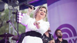 Kelly Clarkson sings 'Whole Lotta Woman' live on TODAY