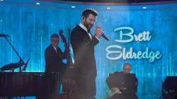 Brett Eldredge sings 'Let It Snow, Let It Snow, Let It Snow' on TODAY