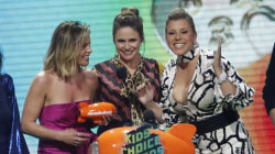 'Fuller House' stars appear to support Lori Loughlin at Kids' Choice Awards