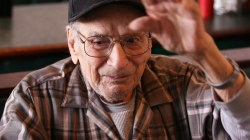 Strangers honor WWII veteran with free daily breakfast