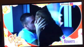 See Amy Schumer's kiss cam moment!