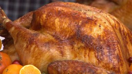 Giada De Laurentiis, Curtis Stone make turkey, mashed potatoes for Thanksgiving