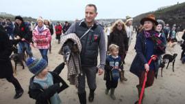 Hundreds accompany dog on final walk on his favorite beach