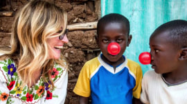Julia Roberts delivers vaccines for children in Kenya