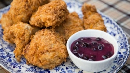 Make cornflake fried chicken with blueberry sauce for a gourmet picnic