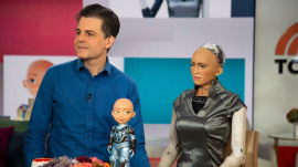 Lifelike robot Sophia chats with the TODAY anchors