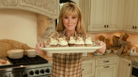 Sandra Lee makes pumpkin spice cupcakes and a fall cocktail