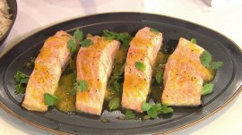Make salmon with passion fruit sauce, a perfect Valentine's Day meal