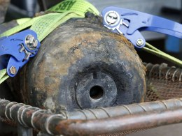 Image: Diffused unexploded World War II bomb is secured on truck near to main station in Berlin
