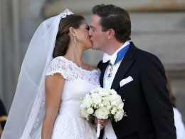 Image: Sweden's Princess Madeleine kisses U.S.-British banker Christopher O