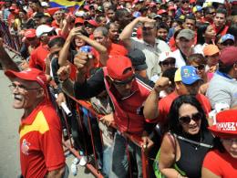 Image: VENEZUELA-CHAVEZ-DEATH-FUNERAL-CHAPEL-SUPPORTERS
