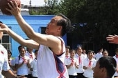 Chinese premier shows off hoops skills