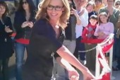 Out singer Chely Wright opens LGBT center