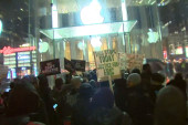 Protesters in New York flood Apple store