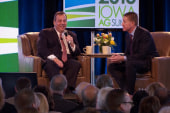Chris Christie confronts heckler in Iowa