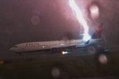 Massive lightning bolt strikes Delta jet