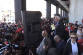 Sanders greets Verizon picket line