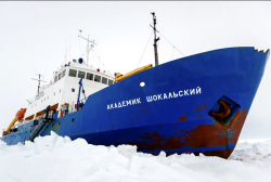 Chinese ship frees itself from Antarctic ice