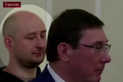 Russian journalist thought to be dead shows up at news conf.