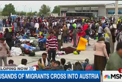 Thousands of migrants arrive in Austria