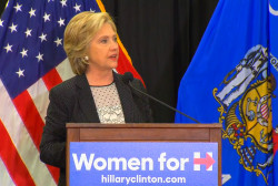 Clinton takes jabs at Walker in Wisconsin