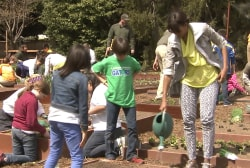 First lady exercises her green thumb