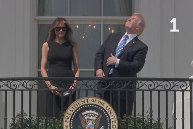 Trump looked at eclipse without glasses 6...