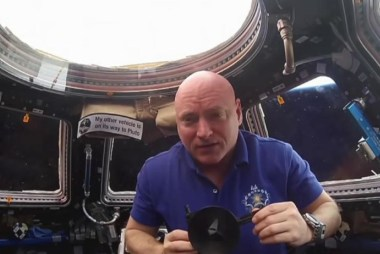 Astronaut Scott Kelly breaks space record