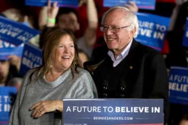 Sanders positions himself as an outsider