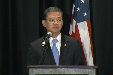 Sanders stands by Shinseki