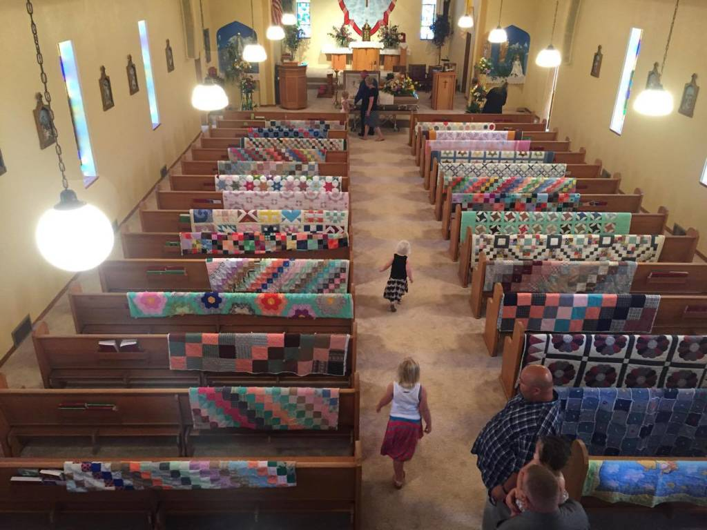 Картинки по запросу Family honors grandma's memory by displaying all of her quilts at her funeral