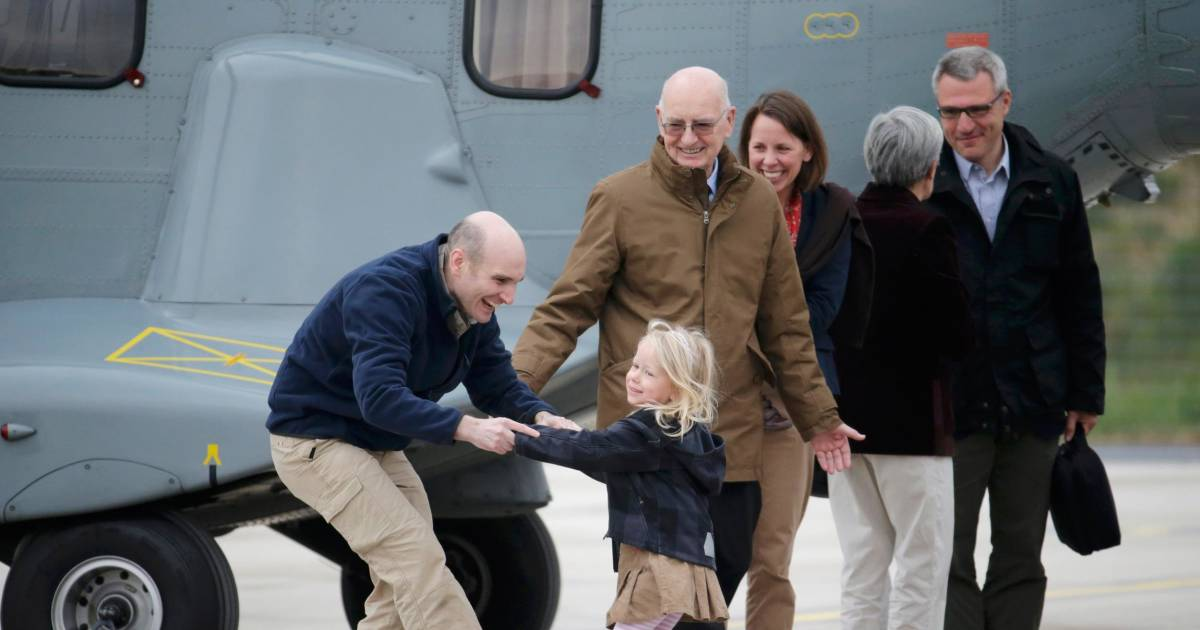Captured french journalists reunite with family after for Chaise 98 edouard francois