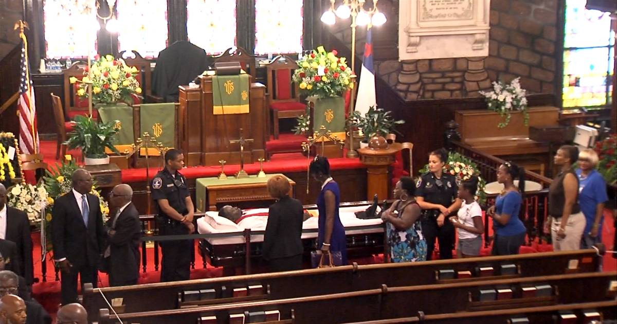 mourners pay respects to rev  clementa pinckney at