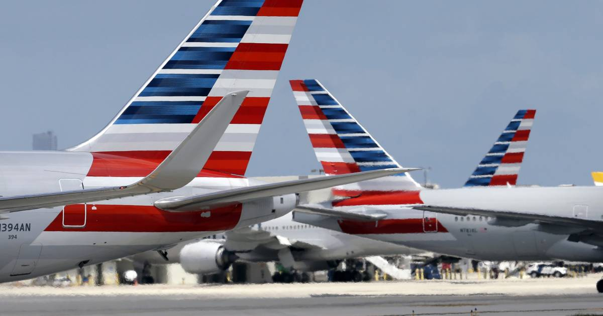 American Airlines Pilot Dies During Flight from Phoenix to Boston
