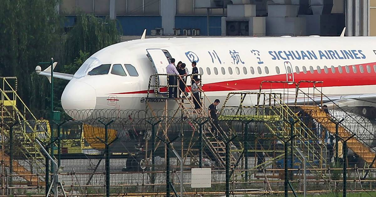 Sichuan Airlines co-pilot sucked halfway out cockpit window, pilot says thumbnail