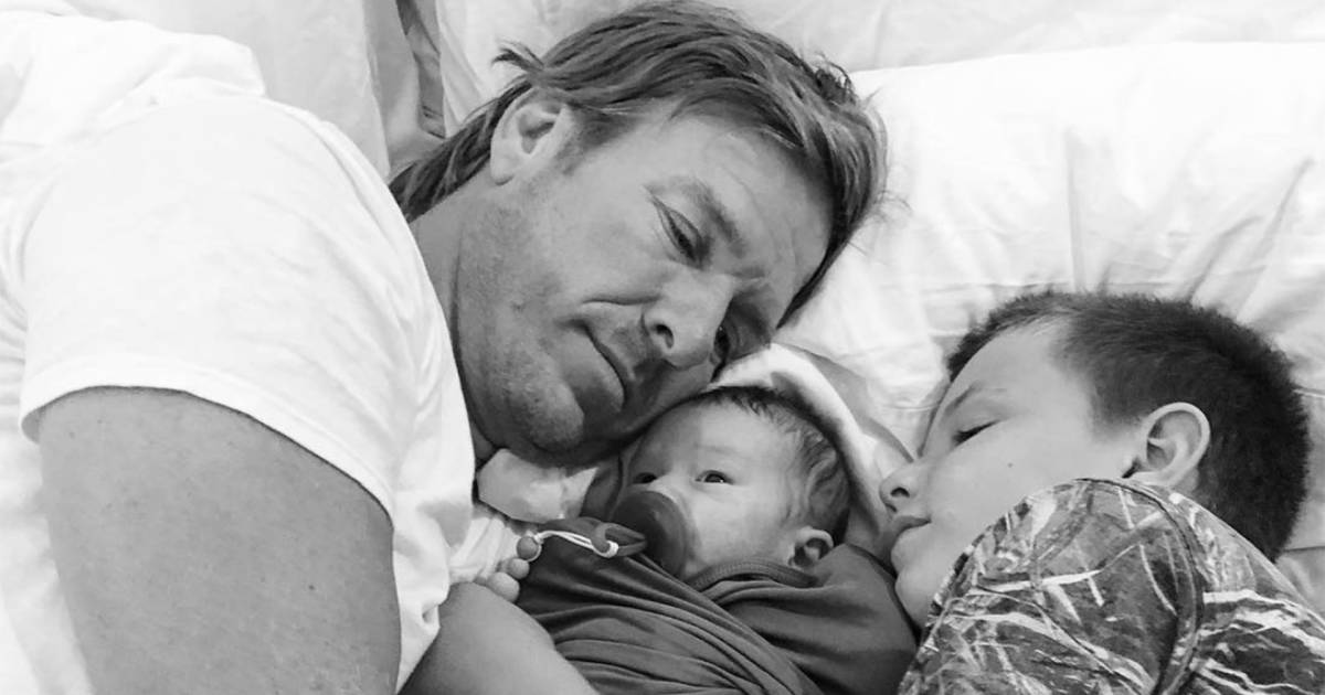 joanna gaines shares sweet snap of baby crew 39 s 39 cuddlefest 39. Black Bedroom Furniture Sets. Home Design Ideas