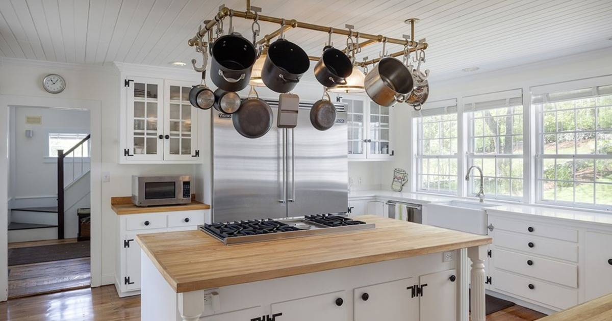 Renee zellweger selling connecticut country home for Renee s kitchen