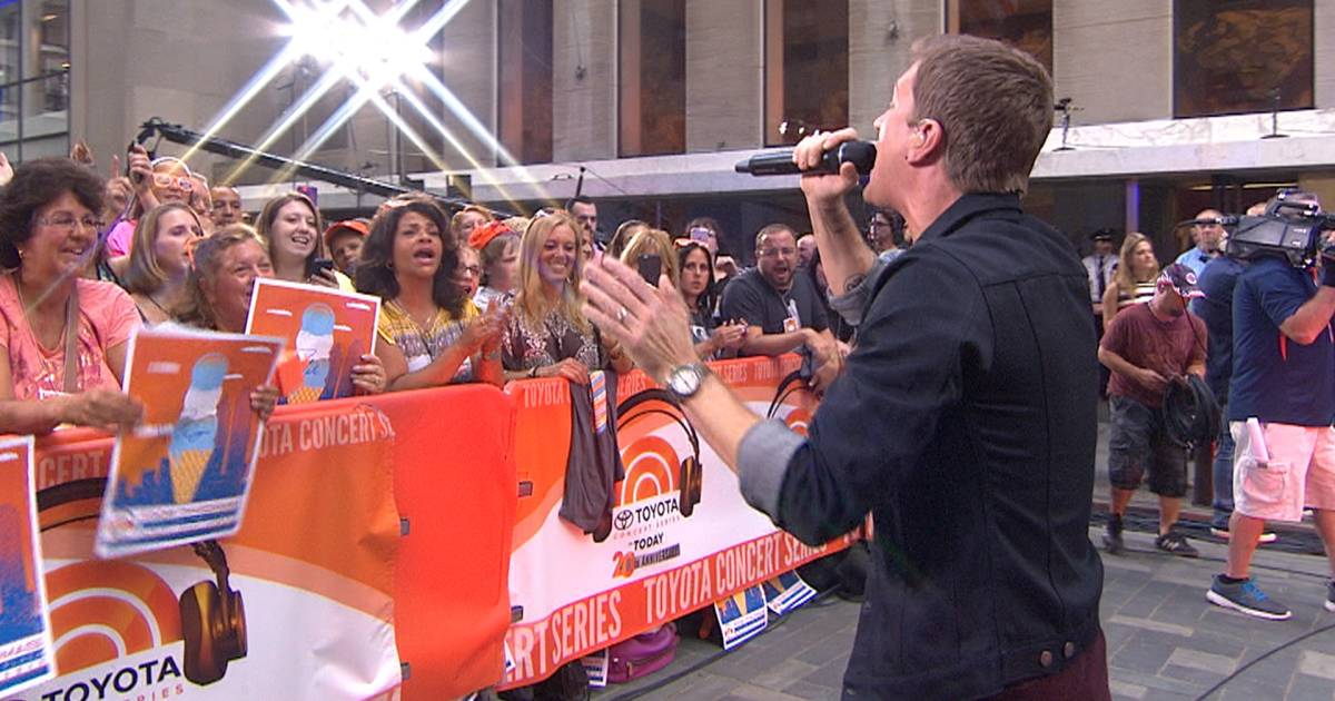 Rob Thomas performs 'This Is How A Heart Breaks' live on TODAY