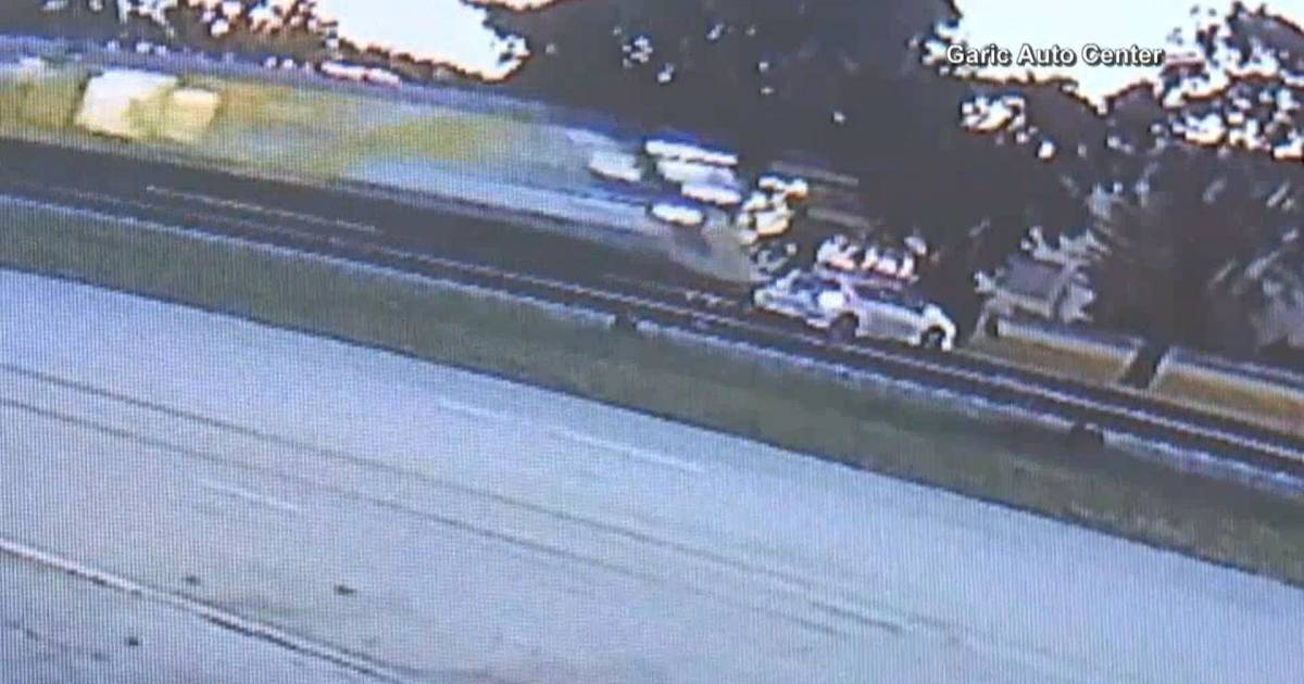 Florida driver gets out of car moments before train collision
