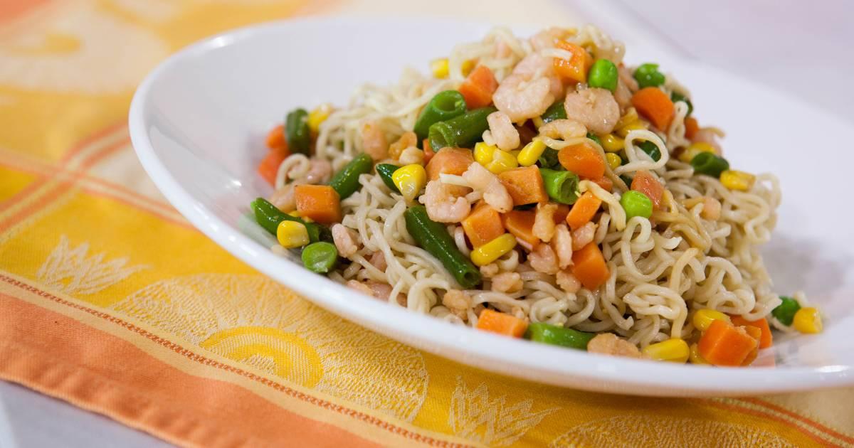 Camila Alves makes $5 dinner: Ramen stir-fry with veggies and shrimp