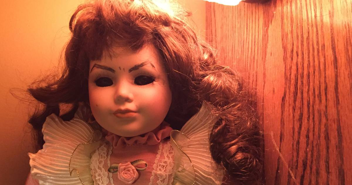 Mom pranks kids with creepy Halloween 'doll in the hall'