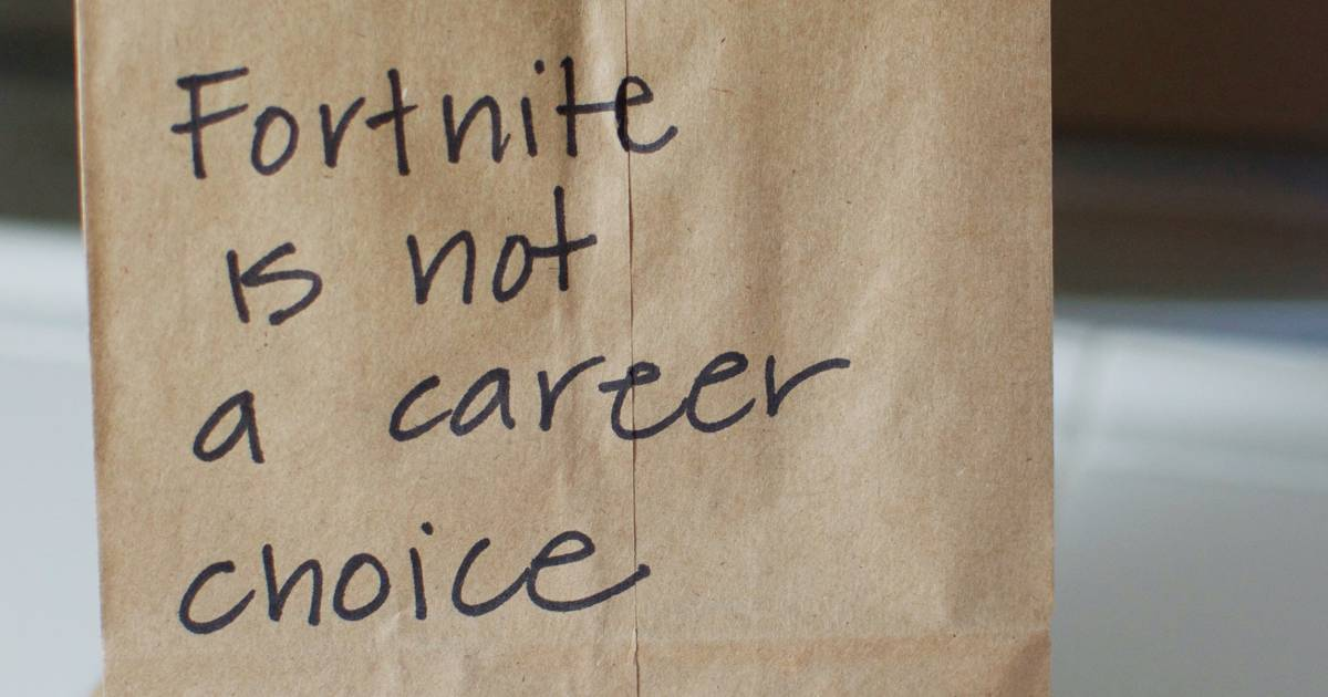 Mom writes passive aggressive notes on kids' lunch bags