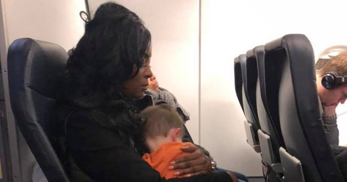 Strangers help stressed mom in airport, she pays it forward