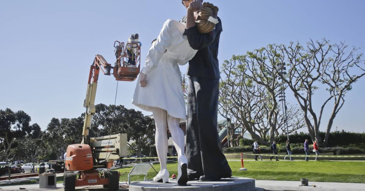 Love it or hate it? 'Kissing Statue' returns to San Diego ...